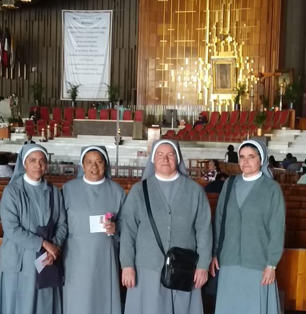 Nuestra comunidad a los pies de la Madre