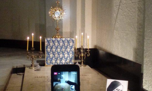 (Español) Unidas en oración junto a la Madre